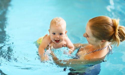 Babysvømning i Strib Svømmehal